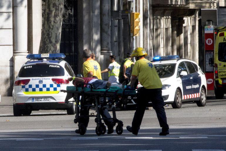 Al menos una veintena de heridos y varios muertos tras el atropello masivo en Las Ramblas de Barcelona