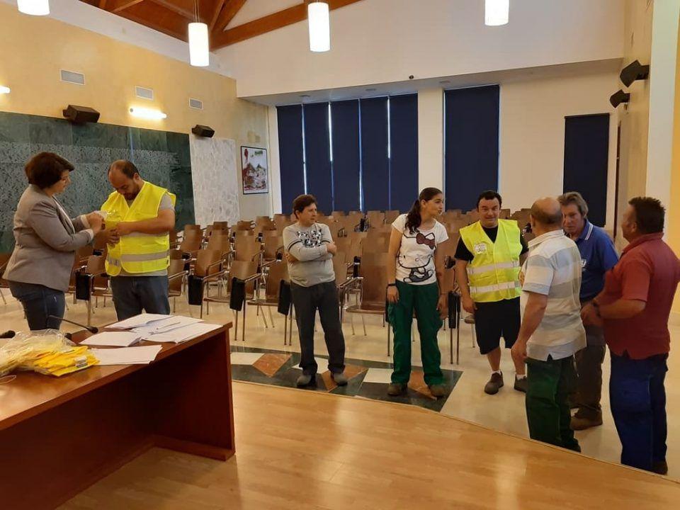 el alcalde de Ojén recibe a los nuevos empleados que se incorporaron a la plantilla municipal con la ayuda de los planes de empleo de Europa