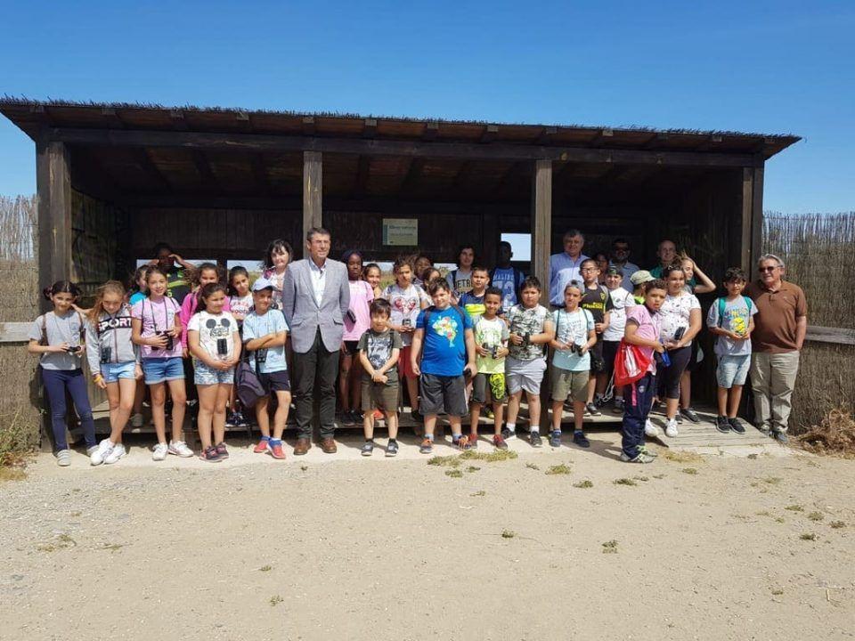 alumnos de 4º de Primaria del CEIP Manolo Garvayo de Málaga que participaron en la suelta de miles de peces