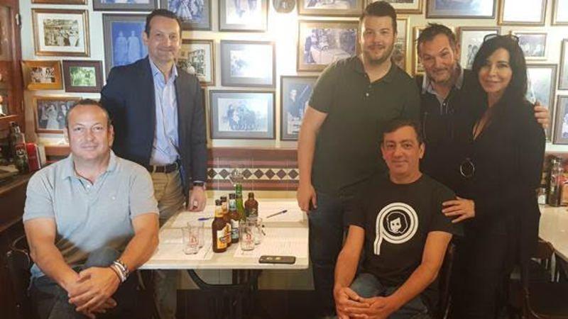 En la foto, el jurado de la I Ruta de la Tapa de Expertos Cerveceros junto a Pepi Montes y Francis de La Polaca